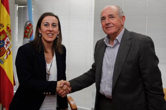 Ethel Vázquez na sinatura do convenio co alcalde de Pantón