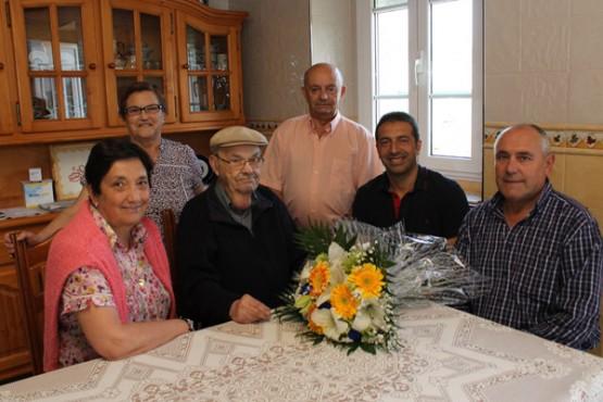 O alcalde de Cervo na visita ao veciño centenario