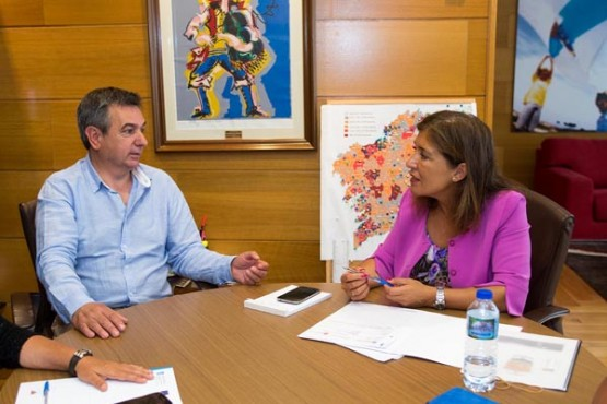 Beatriz Mato na reunión co alcalde das Nogais. Foto: X. Crespo