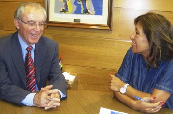 Beatriz Mato na reunión co alcalde de Vilamarín