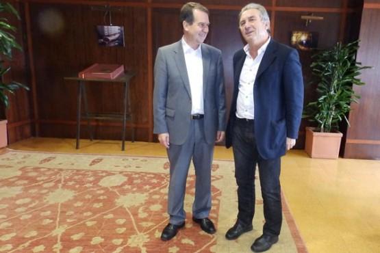 Caballero na reunión co alcalde de Vilaboa