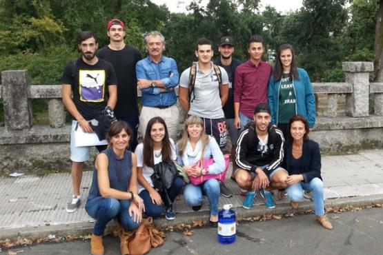o alcalde de Caldas de Reis cos xóvenes participantes no proxecto