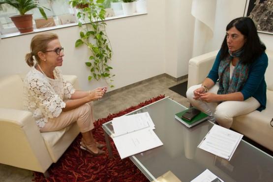 Encarnación Rivas na reunión coa alcaldesa de Mondoñedo. Foto: A. Varela