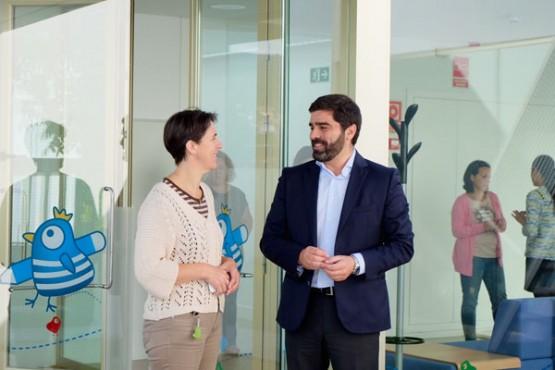 Roberto Rodríguez na visita a escola de Muros