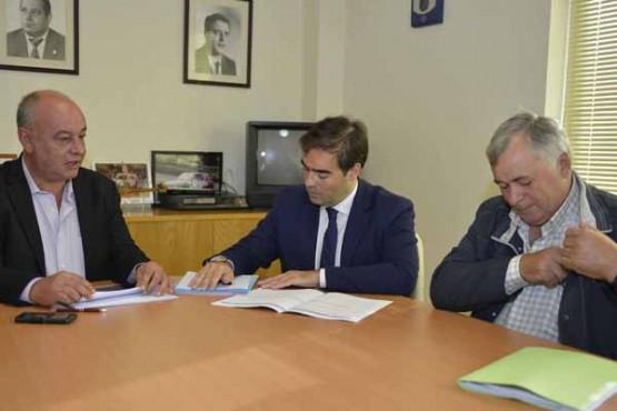 Alberto Pazos na reunión co alcalde de Pazos de Borbén