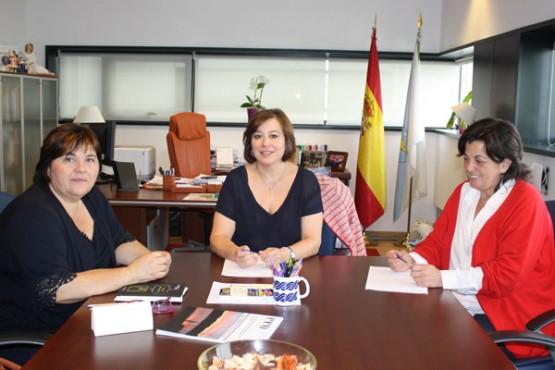 López Abella na reunión coa alcaldesa de Lousame