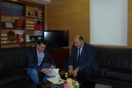 Rogelio Martínez na reunión co alcalde de Piñor