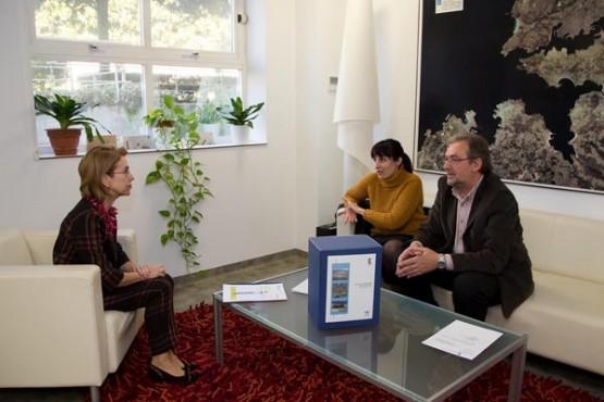 Encarnación Rivas na reunión coa alcaldesa da Rúa. Foto: X. Crespo