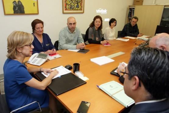 Encarnación Rivas na reunión coa alcaldesa de Guitiriz. Foto: C. Paz