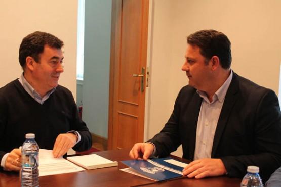 O alcalde de Frades na reunión con Román Rodríguez