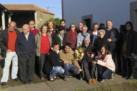 Manuel Tasende coa súa familia e o alcalde da Laracha