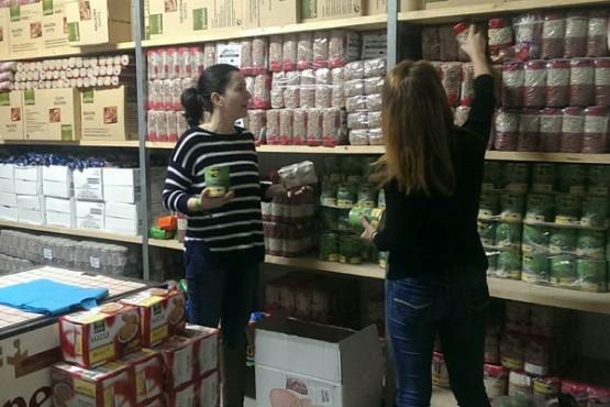 Preparación dos paquetes de alimentos doados