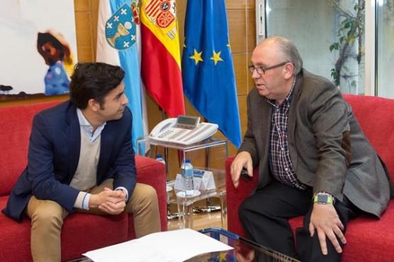 Rey Varela na reunión co alcalde da Baña. Foto: X. Crespo