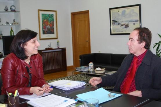 Ángeles Vázquez na reunión co alcalde de Coirós