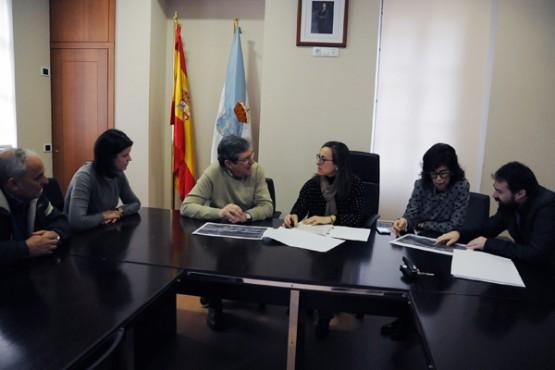 Ethel Vázquez na reunión co alcalde de Leiro