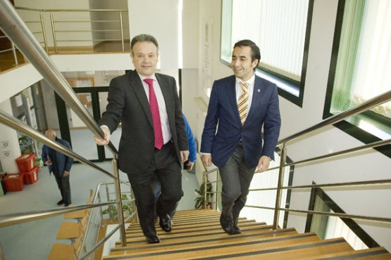 Rey Varela na reunión co alcalde de Cabanas