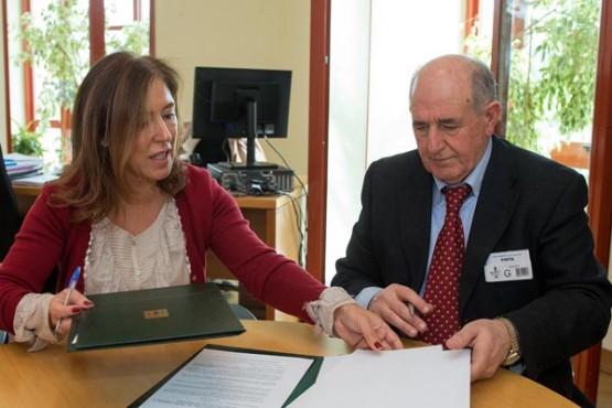 Beatriz Mato na sinatura do convenio co alcalde de Pantón. Foto: X. Crespo