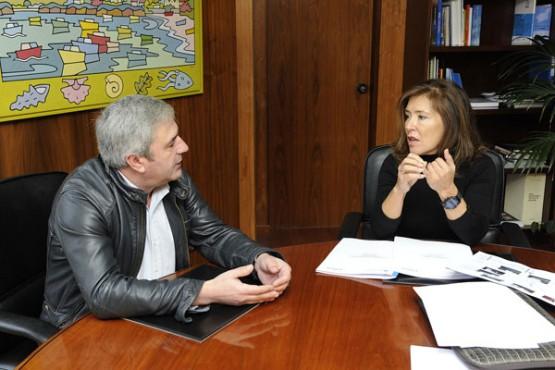 Beatriz Mato na reunión co alcalde de Carral. Foto: M. Fuentes