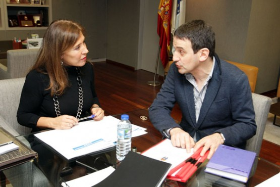 Beatriz Mato na reunión co alcalde de Crecente. Foto: C. Paz