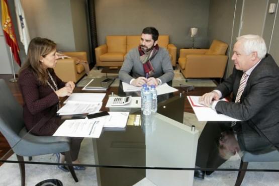 Beatriz Mato na reunión co alcalde de Outeiro de Rei. Foto: C. Paz