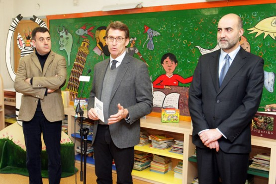 Feijóo na visita ao Ceip Curros Enríquez. Foto: C. Paz
