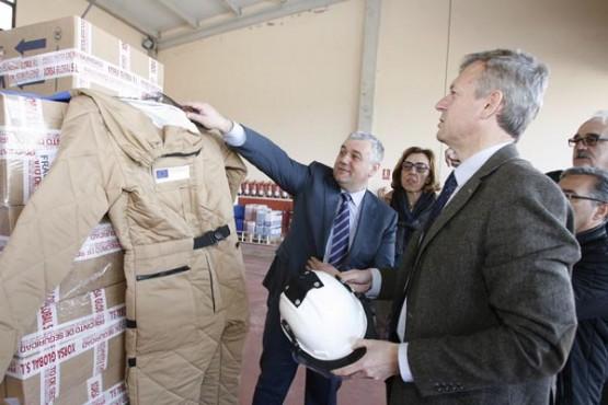 Alfonso Rueda na entrega do equipamento