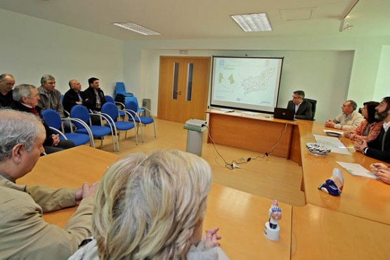 Ángeles Vázquez na reunión coas xuntas locais de concentracións parecelarias