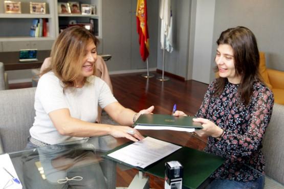 Beatriz Mato na reunión coa alcaldesa de Lobios. Foto: C. Paz