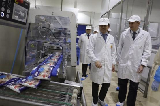 Alfonso Rueda na visita á factoría