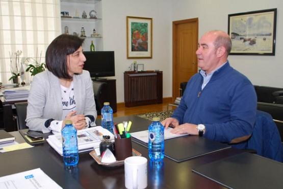 Ángeles Vázquez na reunión co alcalde de Laza