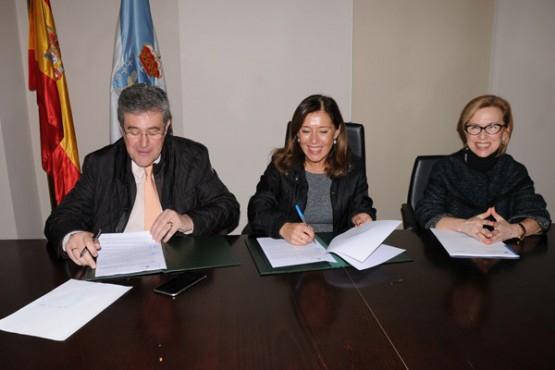 Beatriz Mato na sinatura do convenio co concello de Leiro