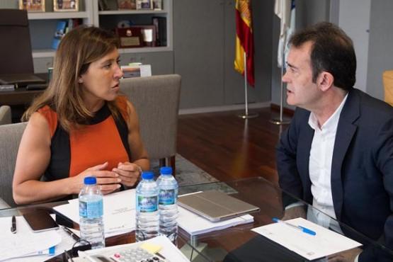 Beatriz Mato na reunión co alcalde de Riós. Foto: X. Crespo