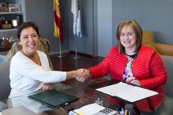 Beatriz Mato na reunión coa alcaldesa de Triacastela. Foto: X. Crespo