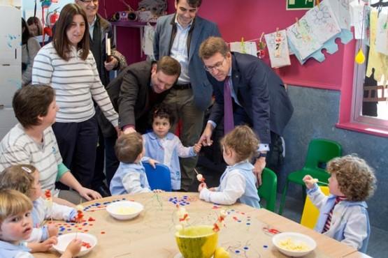 Feijóo na visita a unha das escolas infantís de Fene. Foto: X. Crespo