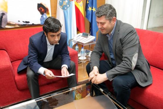 Rey Varela na reunión co alcalde de Boqueixón. Foto: C. Paz