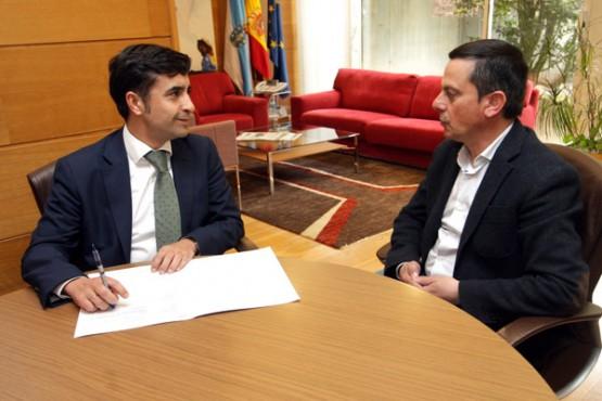 Rey Varela na reunión co alcalde de Piñor. Foto: C. Paz