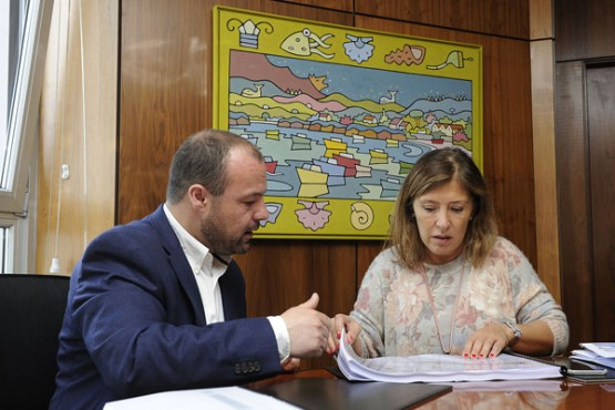 Beatriz Mato na reunión co alcalde de Aranga. Foto: M. Fuentes