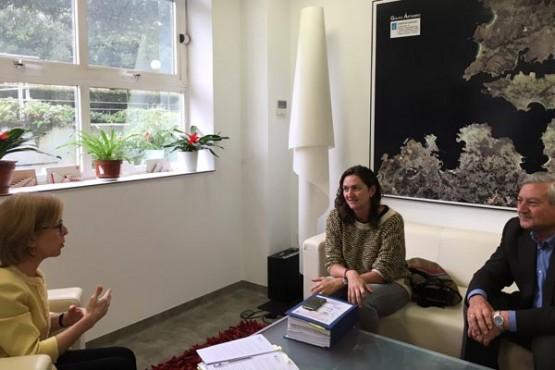 Encarnación Rivas na reunión co alcalde de Trazo