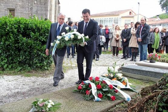 Román Rodríguez na ofrenda floral con motivo do centenario do nacemento de Cela