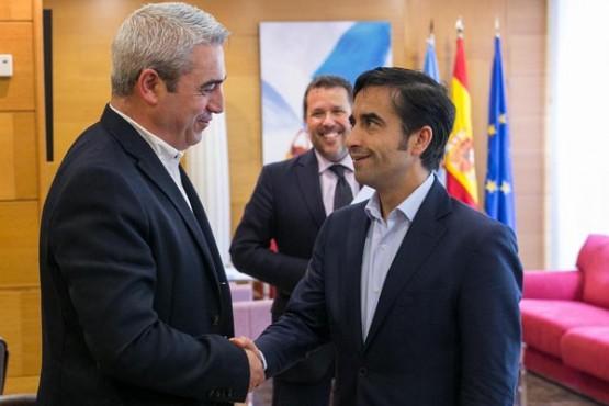 Rey Varela na reunión co alcalde do  Pino. Foto: X. Crespo