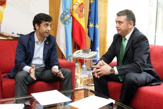 Rey Varela na reunión co alcalde de Ortigueira. Foto: C. Paz