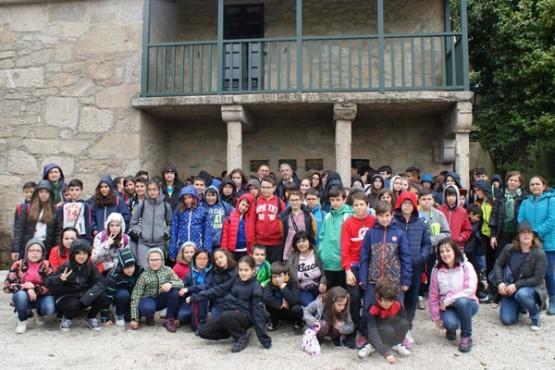 Valentín García con estudantes na Casa Museo de Rosalía de Castro en Padrón