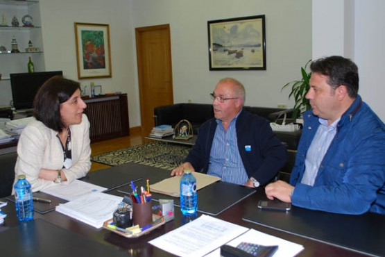 Ángeles Vázquez na reunión co alcalde de Frades