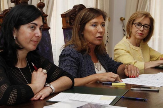 Beatriz Mato na sinatura da orde de aprobación do PXOM de Mondoñedo
