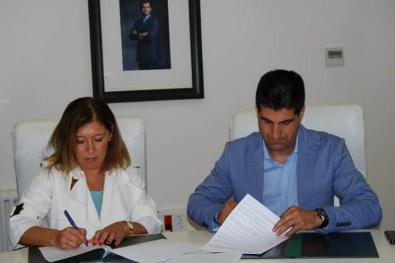 Beatriz Mato na sinatura do convenio co alcalde de Cenlle