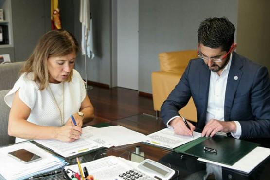 Beatriz Mato na sinatura do convenio co alcalde de Porto do Son