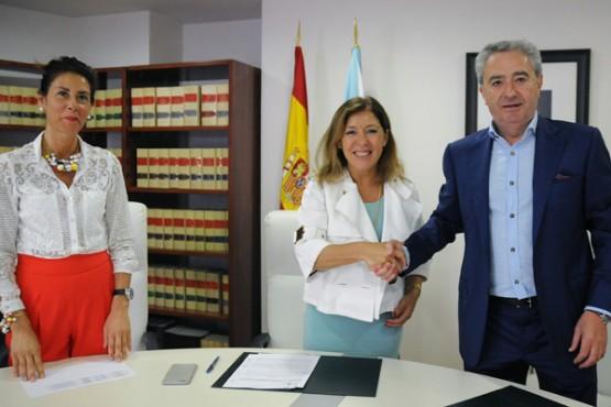 Beatriz Mato na sinatura do convenio co rexedor de Xunqueira de Ambía