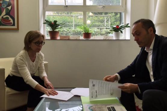 Encarnación Rivas na reunión co alcalde de Soutomaior