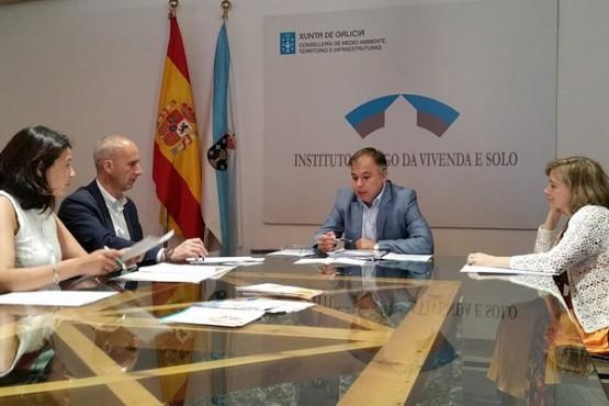 Heriberto García na reunión co alcalde de Curtis