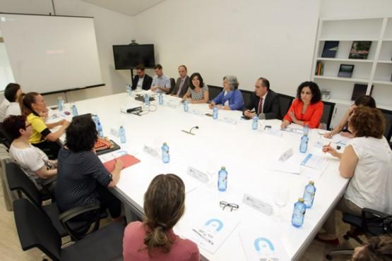 A directora da Amtega na reunión con representantes dos concellos
